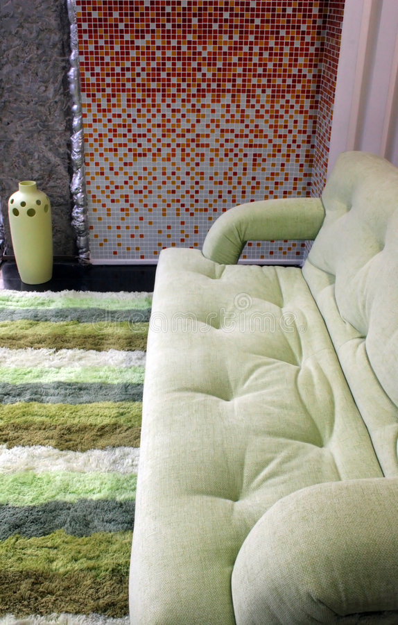 Funky groene bank in een moderne woonkamer royalty-vrije stock foto