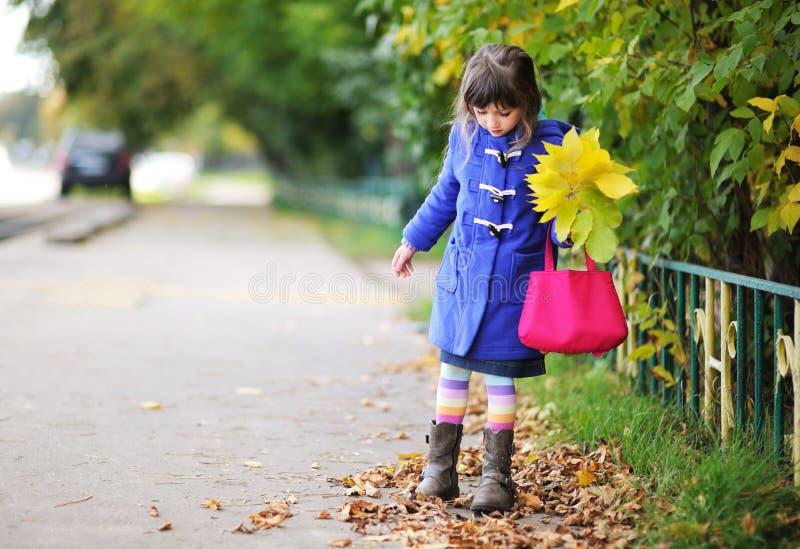 Funky weinig kindmeisje in de herfst royalty-vrije stock afbeelding