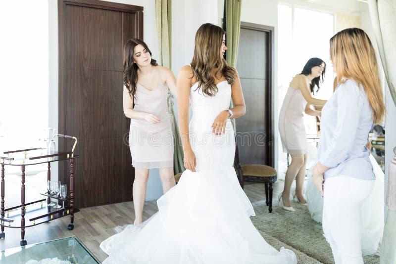 Funnit den perfekta klänningen för brud royaltyfri foto