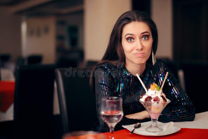 Funny Girl com sobremesa do divertimento em um partido imagem de stock royalty free