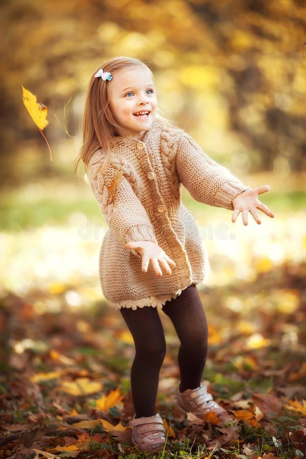 Funny Girl im Herbstpark stockbilder