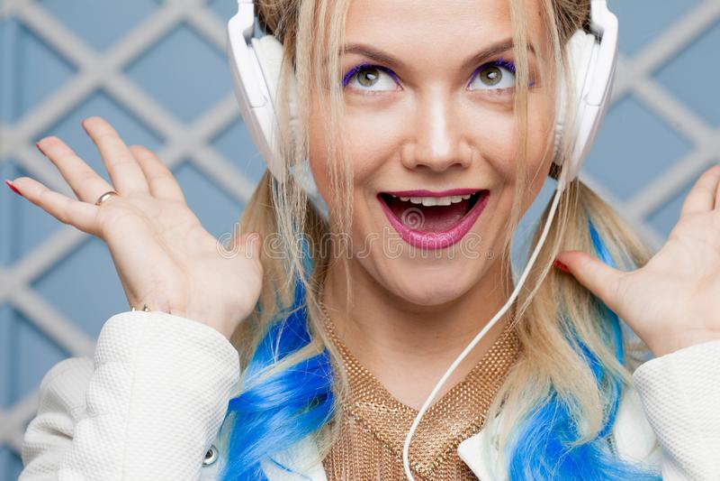 Funny Girl mit mit dem farbigen Haar und den großen Kopfhörern stockfotos