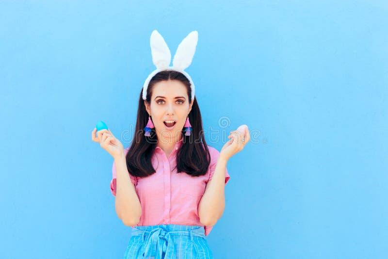 Funny Girl z kr?lik?w ucho Trzyma Wielkanocnych jajka zdjęcie royalty free
