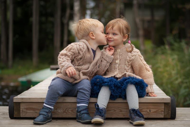 Funny Zwillinge Junge und Mädchen stockfotos