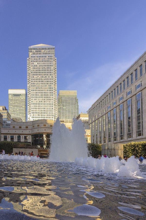 Funtain för kanariefågelhamnplatsplaza och moderna byggnader, London royaltyfri fotografi