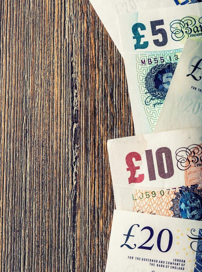 Funtowa waluta, pieniądze, banknot Angielska waluta UK banknoty różne wartości brogować na each inny zdjęcie stock