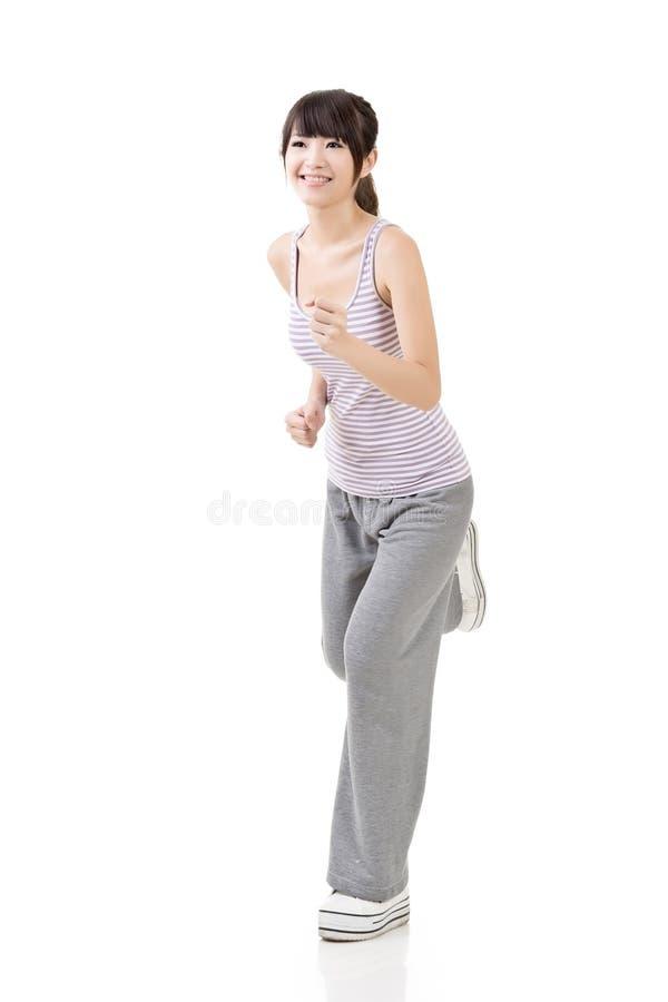 Funzionamenti asiatici della ragazza di forma fisica immagini stock
