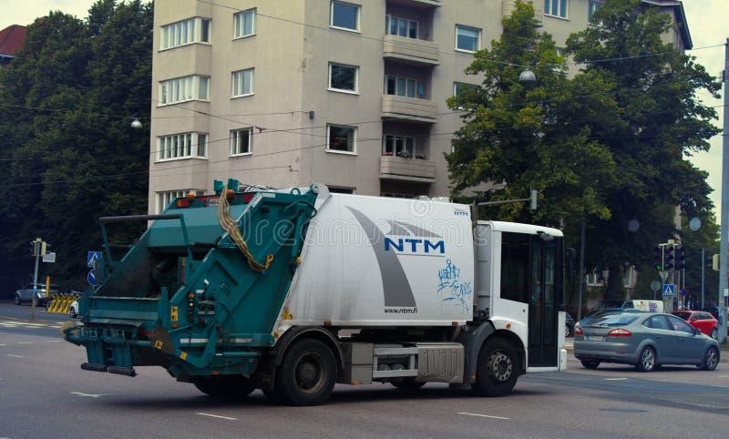 Funzionamenti del camion di immondizia sulle vie immagini stock