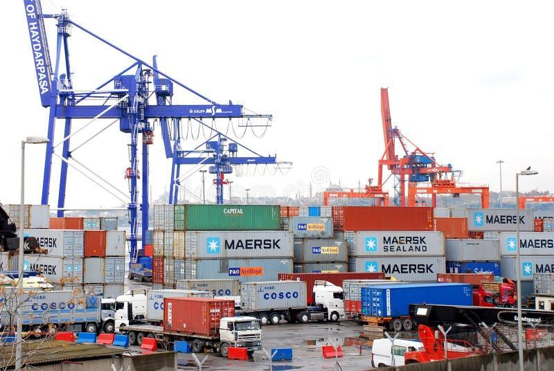 Funzionamenti del carico su una nave porta-container fotografia stock