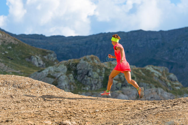 Funzionamenti dell'atleta femminile nelle montagne fotografie stock