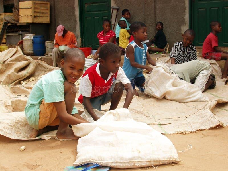 Funzionamento africano dei bambini fotografia stock libera da diritti