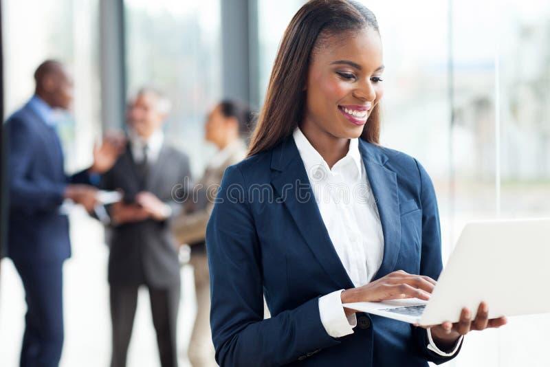 Funzionamento africano della donna di affari immagine stock libera da diritti