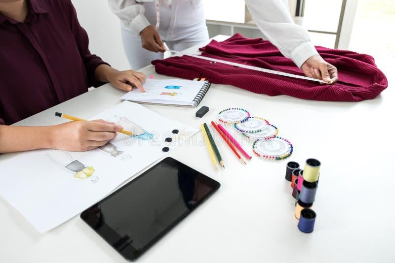 Funzionamento alla moda professionale dello stilista due come DES di modo fotografia stock libera da diritti
