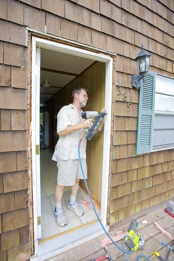 Funzionamento anziano del carpentiere fotografie stock