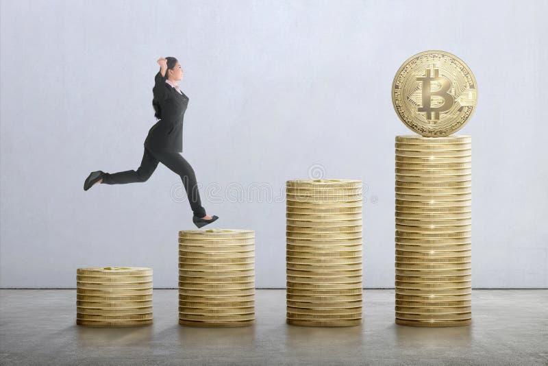 Funzionamento asiatico felice della donna di affari sulle scale dalla st del bitcoin immagini stock libere da diritti