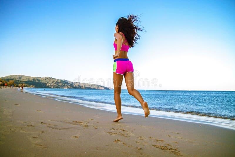 Funzionamento atletico della donna di forma fisica sulla spiaggia Allenamento esterno immagine stock libera da diritti