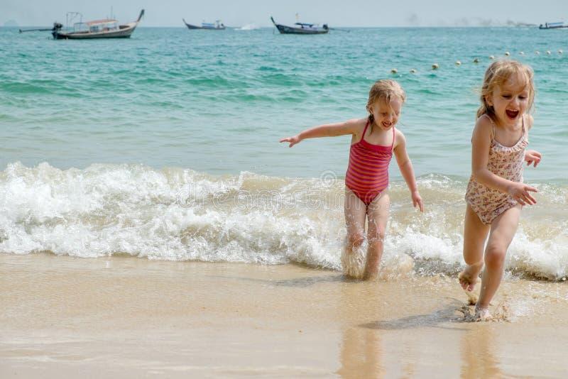 Funzionamento del bambino su una spiaggia. fotografia stock