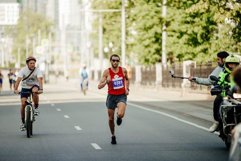 Funzionamento del capo del corridore maratona da finire fotografia stock libera da diritti