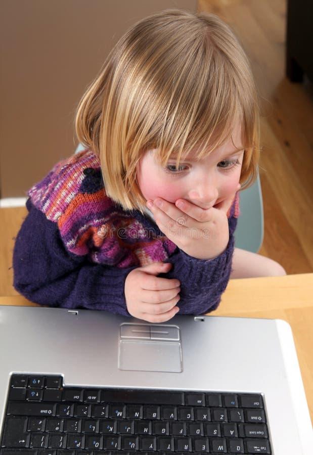 Funzionamento del computer portatile del bambino immagine stock libera da diritti