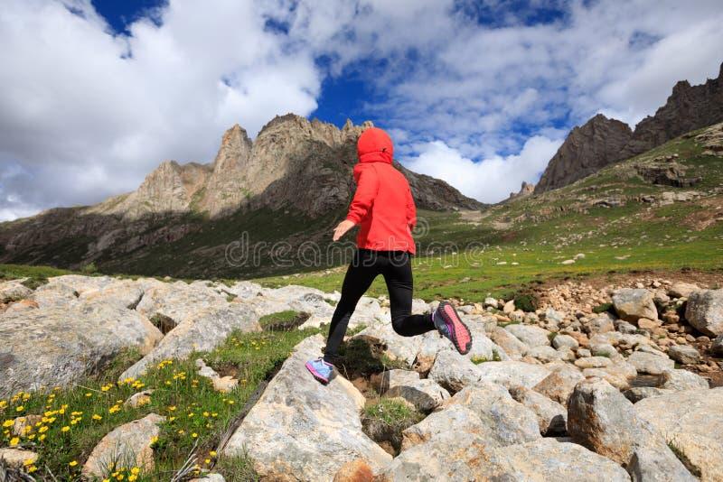 Funzionamento del corridore della traccia alle montagne di elevata altitudine immagini stock