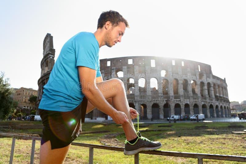 Funzionamento del pareggiatore che lega i laccetti da Colosseum immagine stock libera da diritti