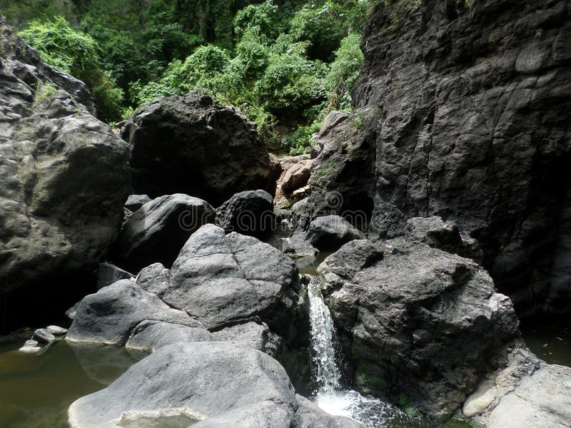 Funzionamento dell'acqua fra le rocce fotografia stock