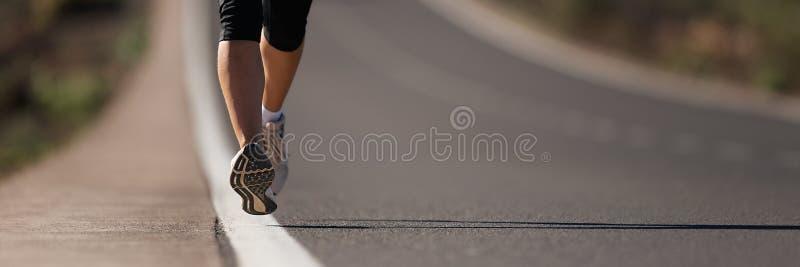 Funzionamento dell'atleta del corridore della donna di forma fisica alla strada immagine stock libera da diritti