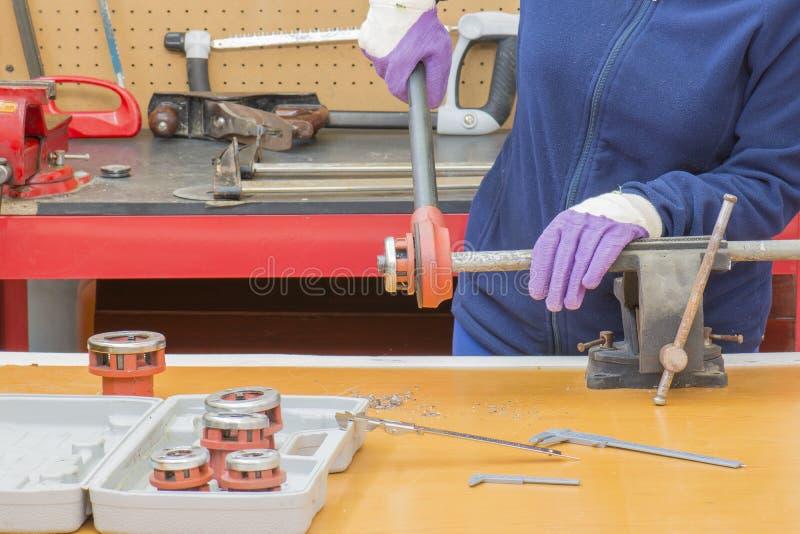 Funzionamento dell'idraulico fotografie stock libere da diritti