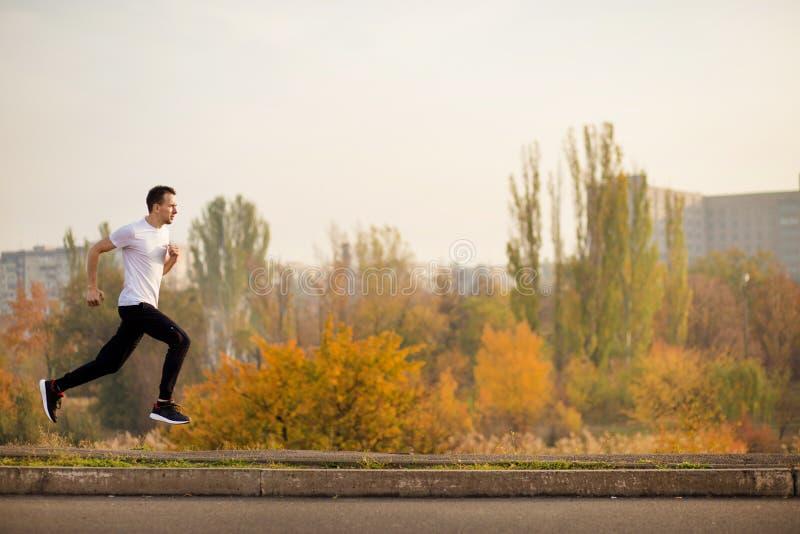 Funzionamento dell'uomo alla mattina di autunno Stile di vita sano immagini stock libere da diritti