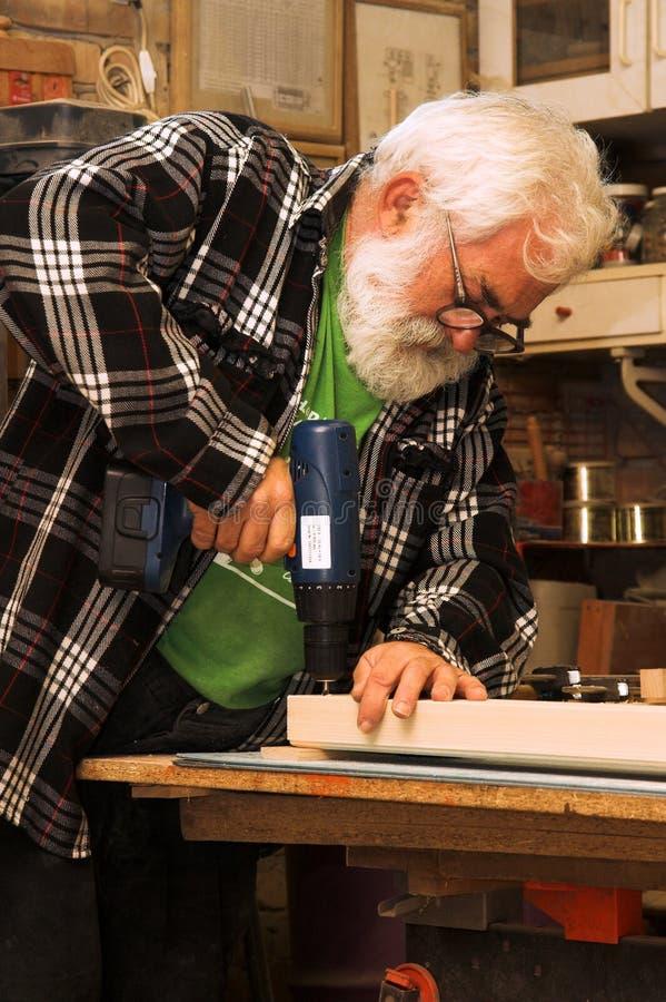 Funzionamento dell'uomo anziano fotografia stock libera da diritti