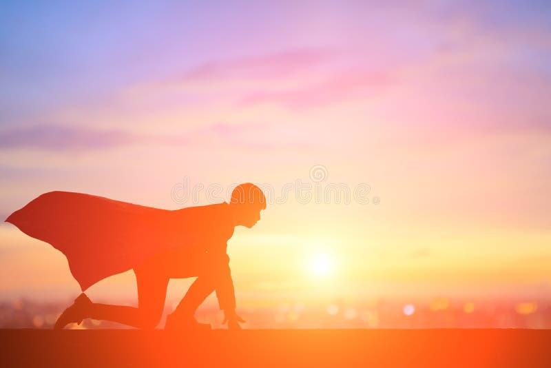 Funzionamento dell'uomo d'affari con il tramonto immagine stock libera da diritti