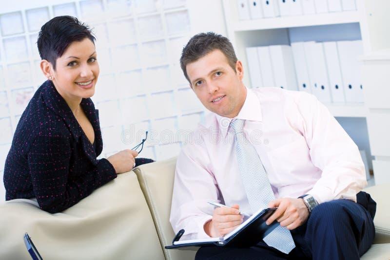 Funzionamento dell'uomo d'affari e della donna di affari fotografia stock