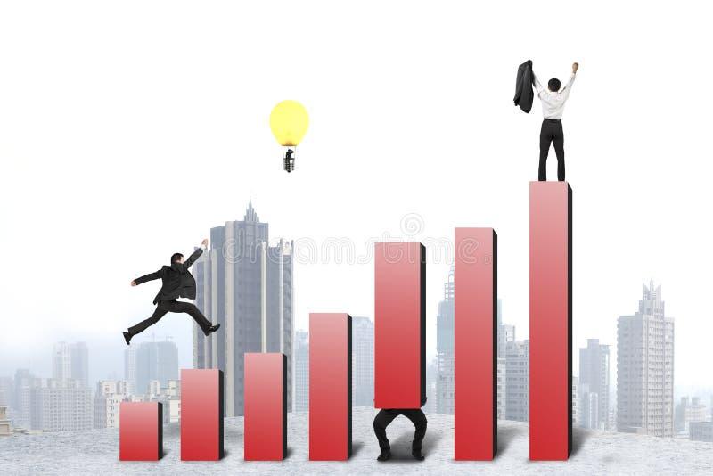Funzionamento dell'uomo d'affari e saltare sull'istogramma rosso, uno incoraggiato illustrazione vettoriale