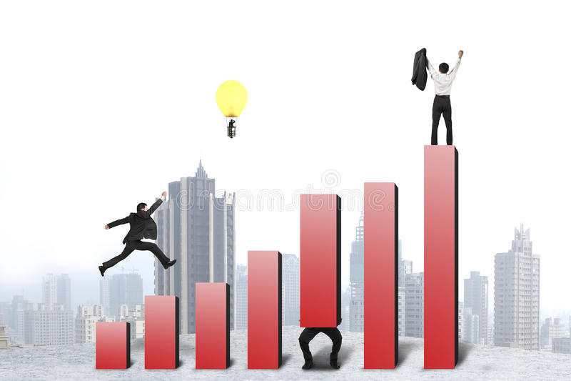 Funzionamento dell'uomo d'affari e saltare sull'istogramma rosso, uno incoraggiato illustrazione di stock