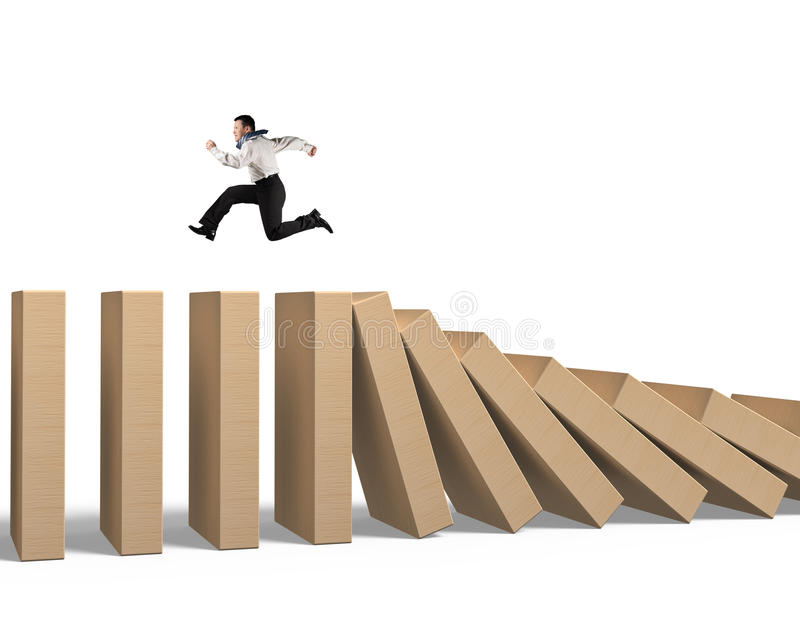 Funzionamento dell'uomo sui domino di legno di caduta fotografia stock libera da diritti