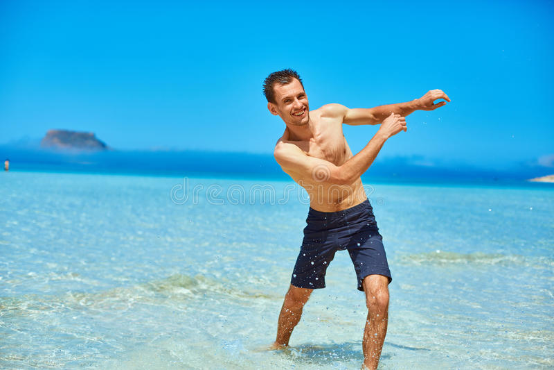 Funzionamento dell'uomo sulla spiaggia immagini stock