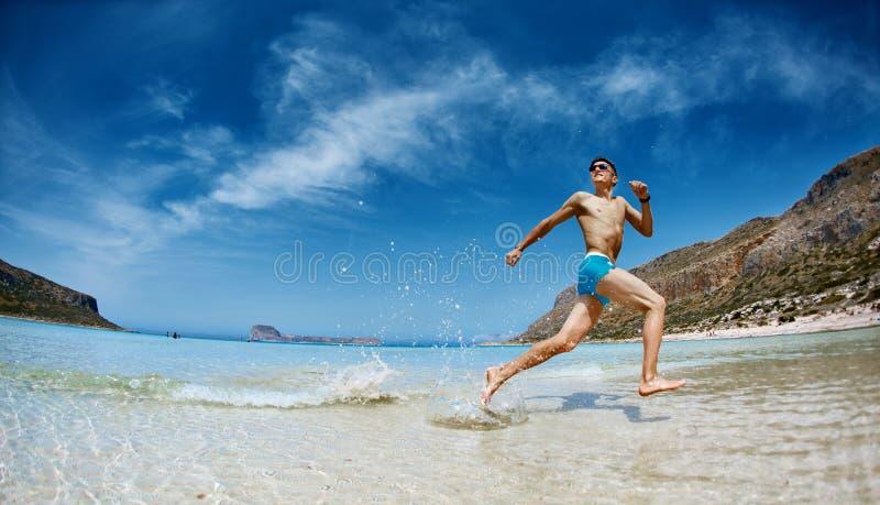 Funzionamento dell'uomo sulla spiaggia fotografie stock libere da diritti