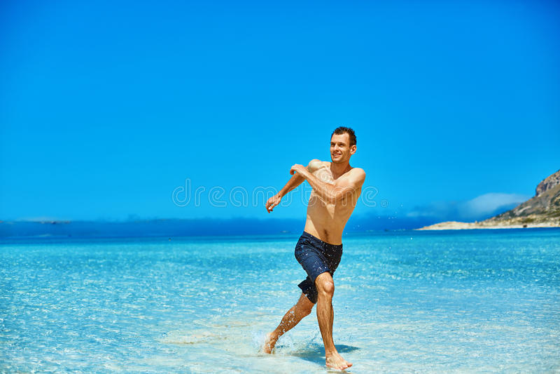 Funzionamento dell'uomo sulla spiaggia fotografia stock libera da diritti