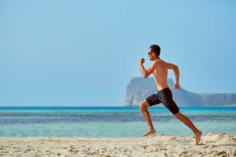 Funzionamento dell'uomo sulla spiaggia immagine stock libera da diritti