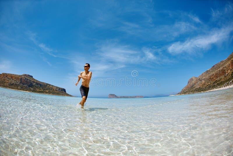 Funzionamento dell'uomo sulla spiaggia fotografie stock