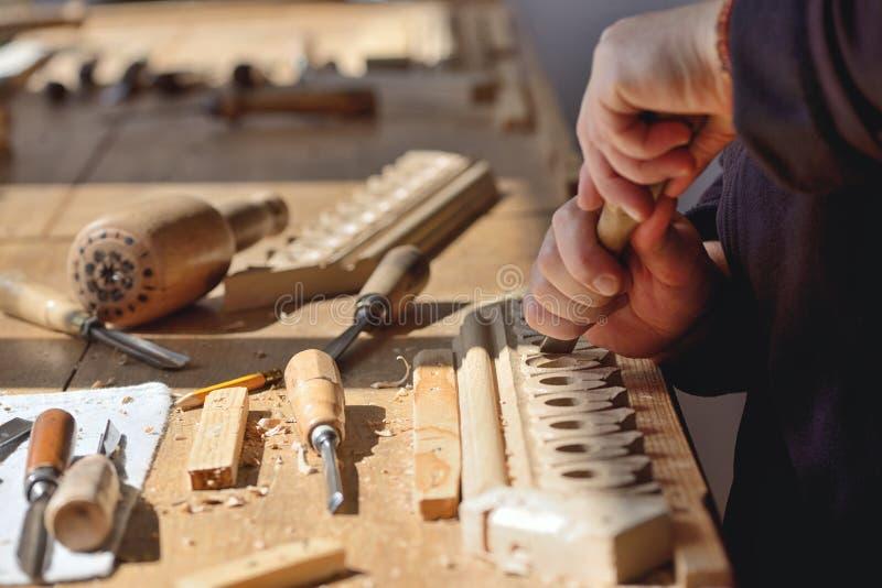 Funzionamento della donna del carpentiere fotografia stock