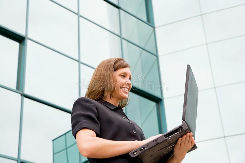 funzionamento della donna del computer portatile di affari fotografie stock