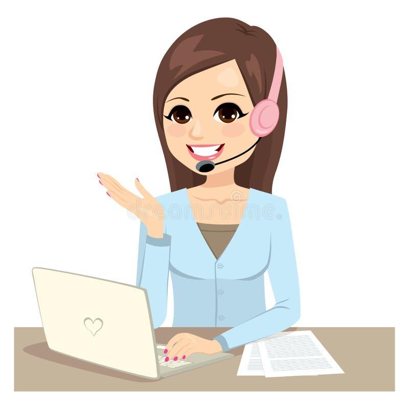 Funzionamento della donna dell'operatore sul computer portatile royalty illustrazione gratis