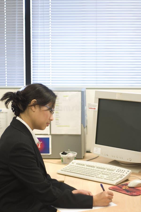 Funzionamento della donna di affari immagine stock