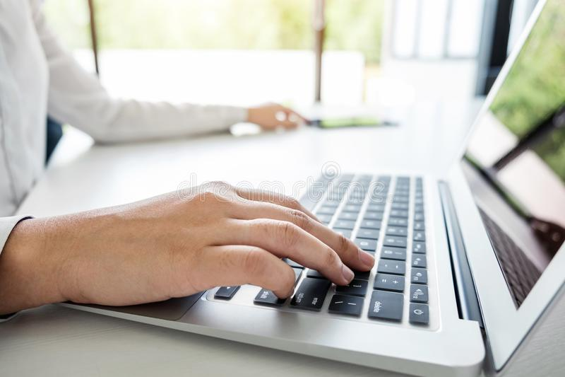 Funzionamento della donna di affari e computer portatile usando, compressa digitale fotografie stock