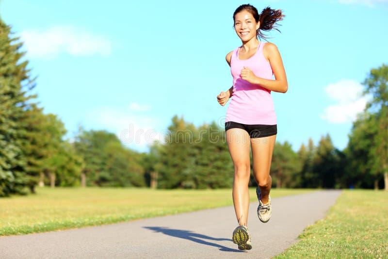 Funzionamento della donna di forma fisica di sport fotografia stock