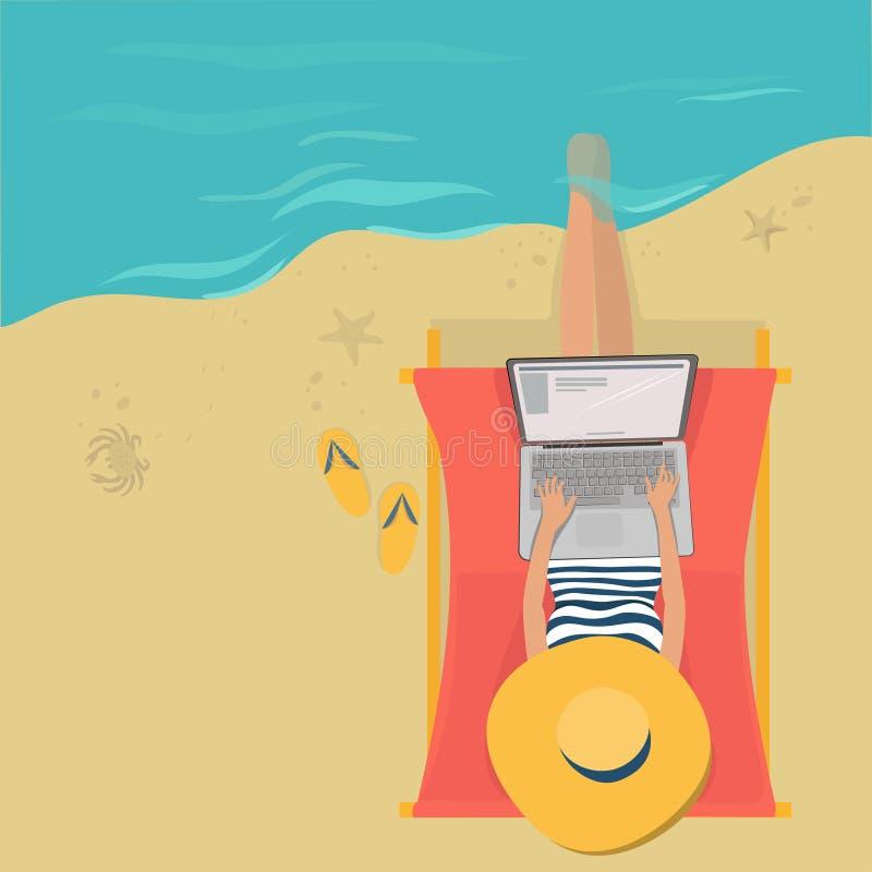 Funzionamento della donna sulla spiaggia con un computer portatile royalty illustrazione gratis