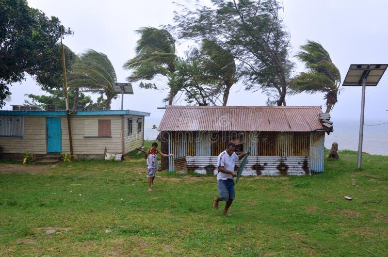 Funzionamento della gente del Fijian per ottenere riparo durante il Cyclon tropicale fotografia stock