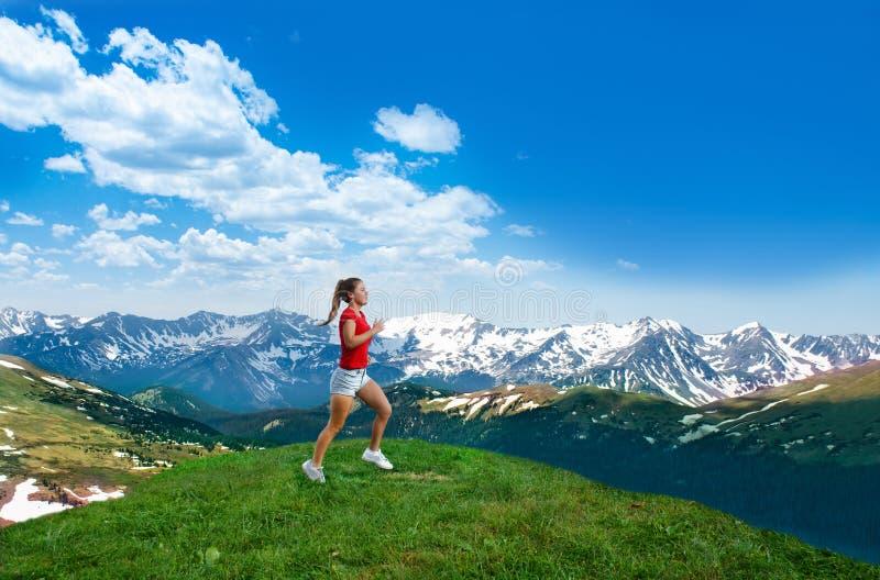 Funzionamento della giovane donna lungo le montagne in Colorado fotografie stock libere da diritti