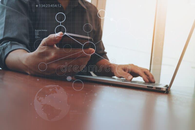 Funzionamento della mano del progettista e Smart Phone e computer portatile immagine stock libera da diritti